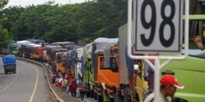 Un bouchon de camions sur l'île de Java