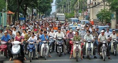 Du danger de traverser une route au Viêtnam