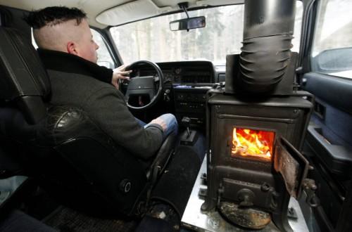 Un conducteur équipe sa Volvo d'une poêle à bois